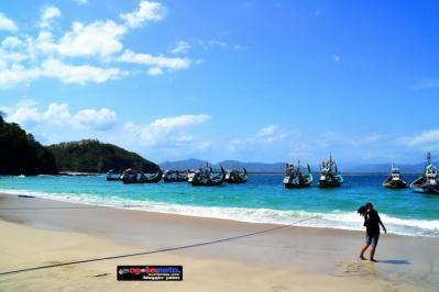 Pantai PAPUMA dengan perahu nelayan-nya