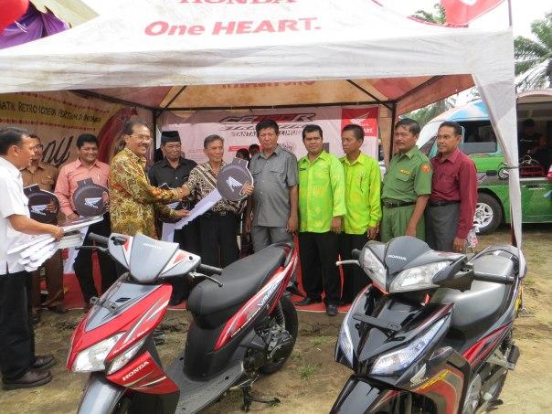 Head of Corporate Communication AHM Kristanto, memberikan bantuan sepeda motor kepada perwakilan dari 10 SMK penerima bantuan di Sumatera Utara.
