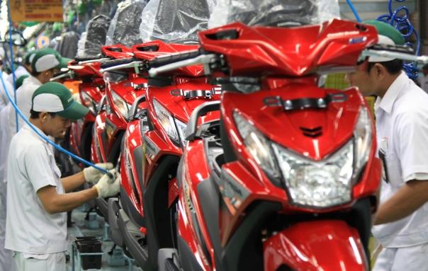 Karyawan AHM merakit sepeda motor Honda BeAT FI di pabrik perakitan AHM, Cikarang.