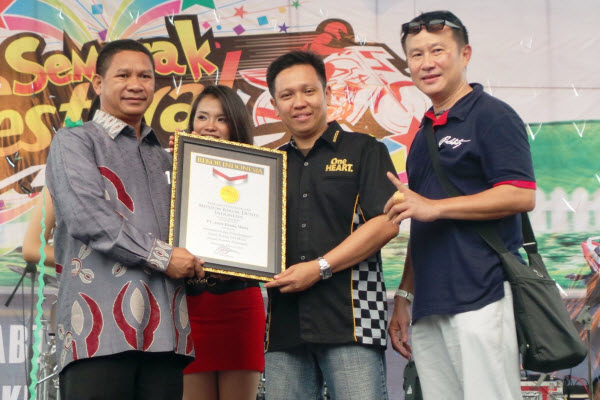 Pihak AHM saat menerima Penghargaan untuk Rekor jumlah Peserta Test Ride dalam 1 hari di satu lokasi