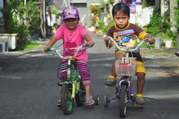 Vanessa (Echa) dan Marvel (Apenk) Mulai bergaya diatas sepeda-nya :D