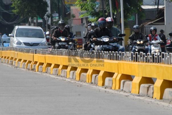 Separator Busway Setinggi 50cm - masih tetep diakali oléh pelanggar :( -