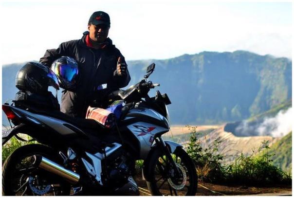 nyobamoto.com saat bersama Cesy, berlatar belakang gunung Bromo
