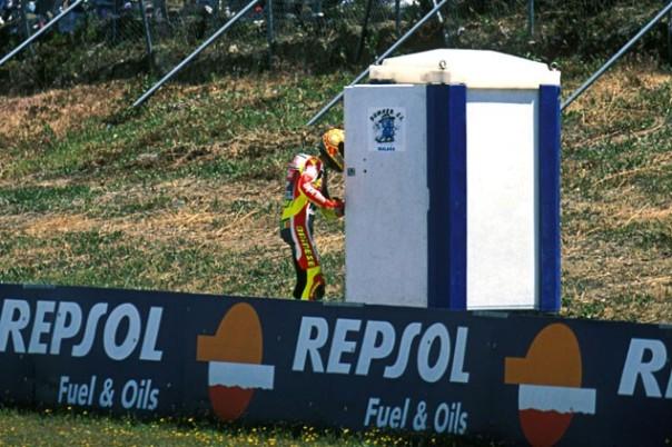 Valentino Rossi Yang kebelet pipis di pinggir sirkuit