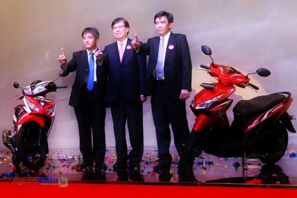 Executive Vice Presdir PT Astra Honda Motor (AHM) Johannes Loman (tengah) berfoto bersama dua direktur marketing AHM (kanan) Margono Tanuwijaya dan (kiri) Koichi Mizuno