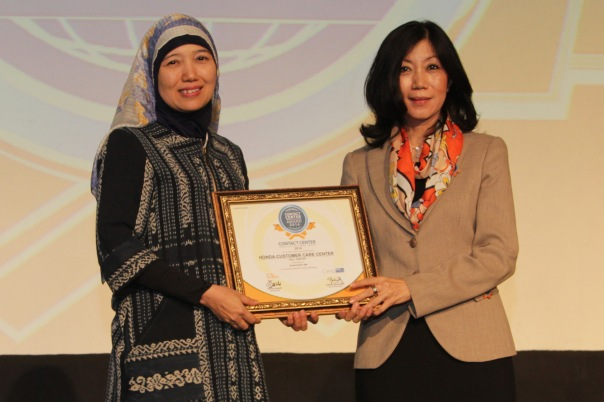 General Manager Honda Customer Care Center AHM Istiyani Susriyati, menerima penghargaan Contact Center Service Excellence Award 2014 yang diserahkan oleh (kanan) CEO Carre CCSL Yuliana Agung di Hotel Mulia, Jakarta (3/4)