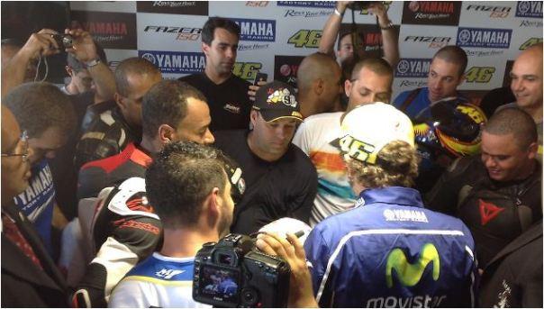 Rossi juga dirubung fansnya