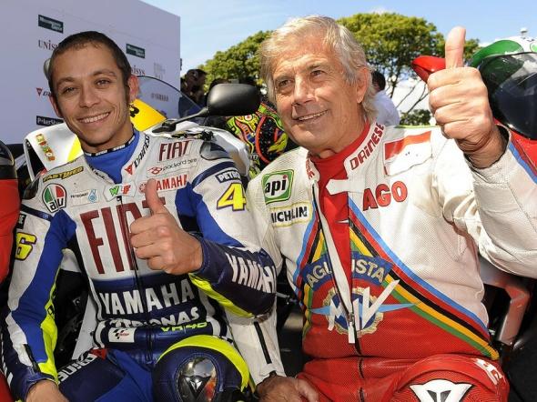 Valentino Rossi dengan Giacomo Agostini