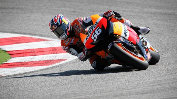 Jonathan Rea menggunakan moto Casey Stoner