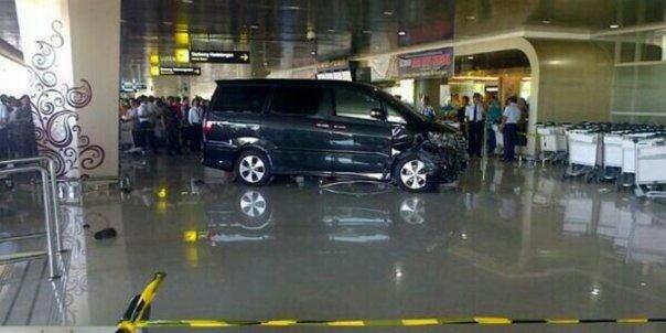 Toyota Alphard Tabrak Balita di Bandara Juanda