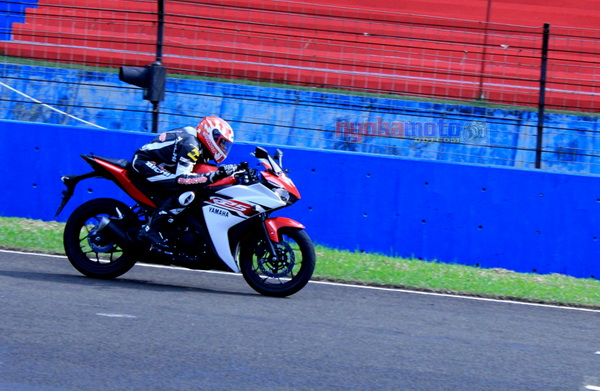 Test Ride R25 instruktur Yamaha dan awak media di Sentul International Circuit