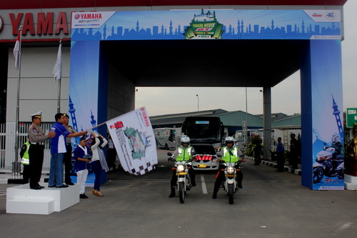 Direktur Sales Yamaha Indonesia Sutarya melepas para pemudik di Yamaha Mudik GT