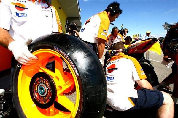 Tim Repsol Honda menoba ban Michelin