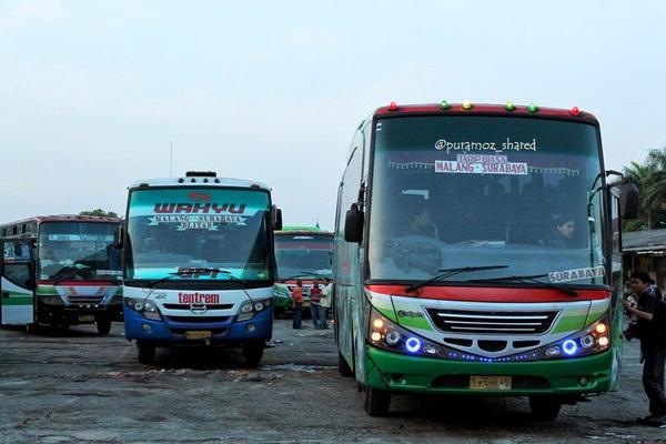 Bus Antar Kota Dalam Propinsi (AKDP) Di Terminal Arjosari Malang