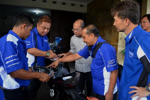 Direktur Keuangan Yamaha Indonesia Yuichi Tokunaga dan Asisten GM Marketing Yamaha Indonesia Mohammad Masykur turut dalam delivery unit ke konsumen di Hari Pelanggan Nasional