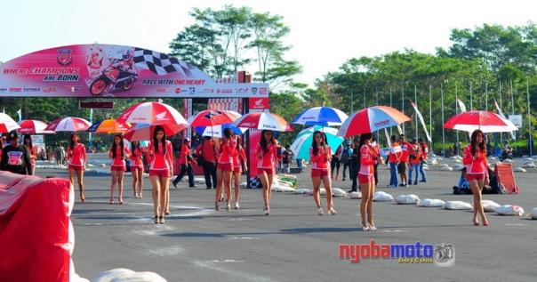 Umbrella Girl siap di grid