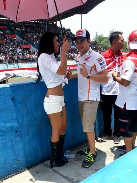 Marc Marquez dengan Umbrella Girl Indonesia