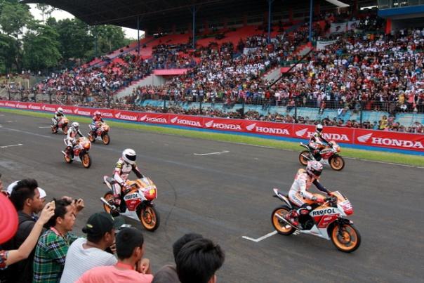 Juara dunia MotoGP, Marc Marquez memimpin rombongan konvoi Honda CBR150R bersama konsumen di acara One Heart One Champion, Sentul, Bogor (20/10). AHM menghadirkan dua pebalap Repsol Honda di MotoGP untuk mewujudkan impian masyarakat Indonesia bertemu langsung dengan idolanya.