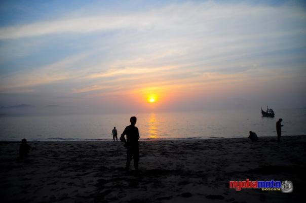 """Enggan muncul mataharinya, padahal kita """"capek"""" menunggu :)"""