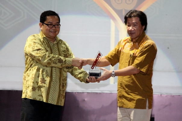 GM Marketing Planning & Analysis AHM A. Indraputra menerima penghargaan Otomotif Awards yang diserahkan oleh Editor in Chief Tabloid Otomotif, Billy Riestianto