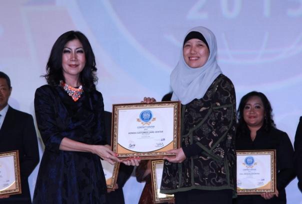 Bi Istiyani menerima penghargaan