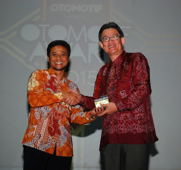 Penghargaan Bike of The Year NMAX dari Tabloid Otomotif diterima oleh Presiden Direktur PT Yamaha Indonesia Motor Manufacturiing Yoichiro Kojima
