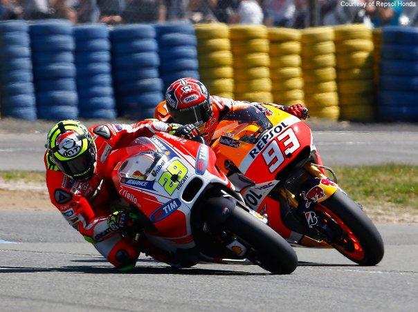 Andrea Iannone overtake Marc Marquez