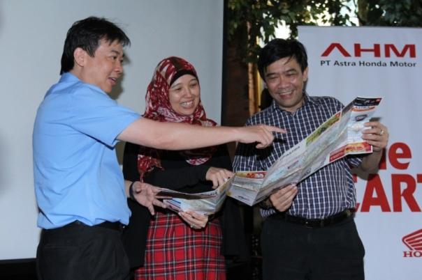 Direktur AHM David Budiono, GM HC3 Istiyani dan Direktur Marketing Margono Tanuwijaya...sedang melihat peta Layanan Terpadu Mudik Balik Honda
