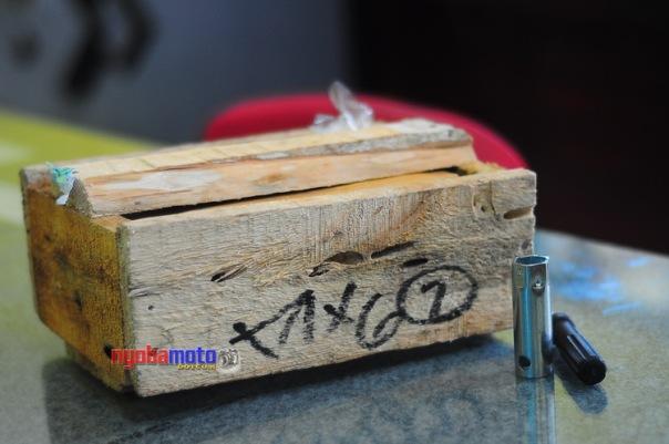 Paket dari Kurir. Terbungkus dan pelindung kayu