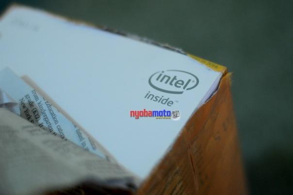 Intel Inside terlihat pada pojok kardus yang terbuka