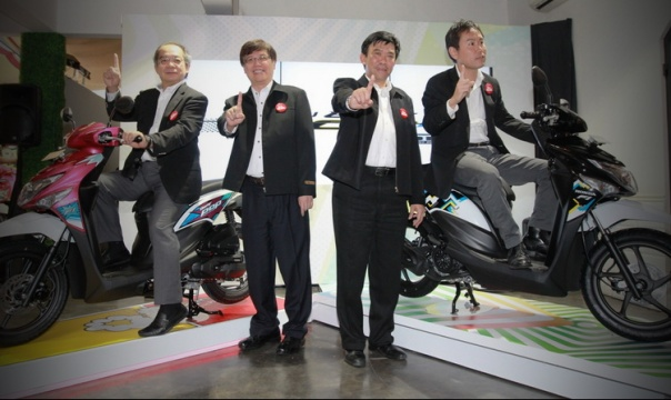 President Director AHM Toshiyuki Inuma, Executive Vice President Director AHM Johannes Loman, Marketing Director AHM Margono Tanuwijaya dan Marketing Director AHM Koji Sugita memperkenalkan sepeda motor skutik New Honda BeAT POP eSP dengan desain stripe terbaru di Kemang, Jakarta