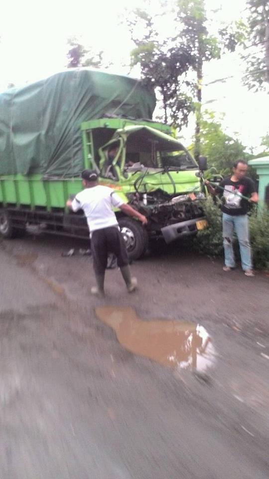 Salah satu truk yang menghantam truk didepannya