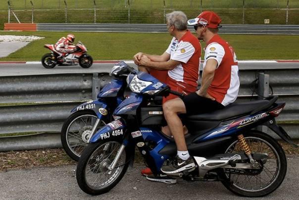 Casey Stoner dan Gigi d'Lalligna Melihat tampilan motor Desmo