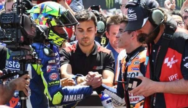 Valentino Rossi jabat tangan Marc Marquez
