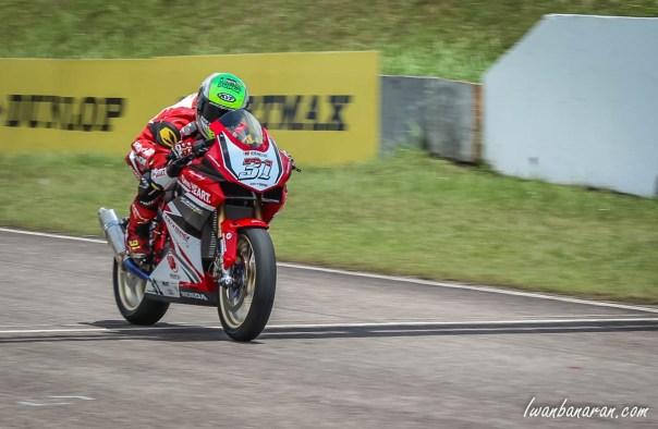 Gerry Salim AHRT Juara 1 Johor Malaysia_melintasi garis finish